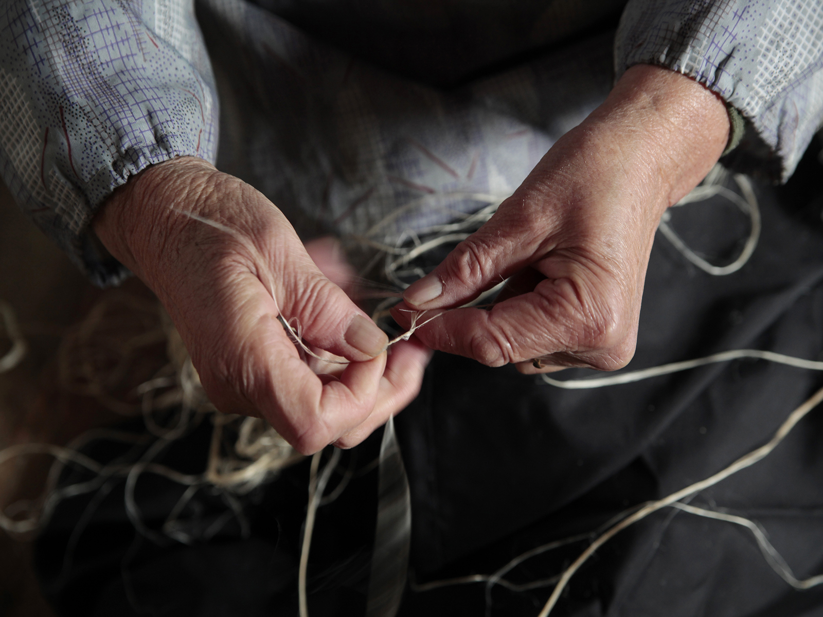 糸を紡ぐ様子