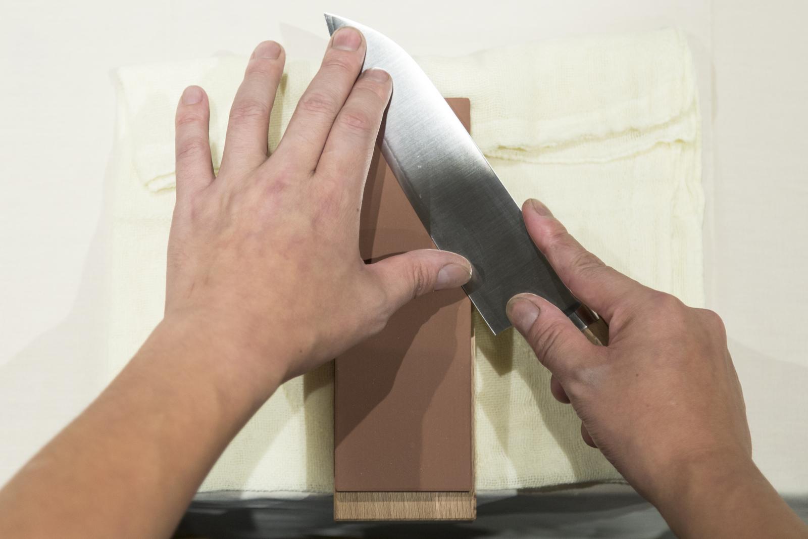 先端を研ぐ時は、砥石の頭の方を使うと研ぎやすい