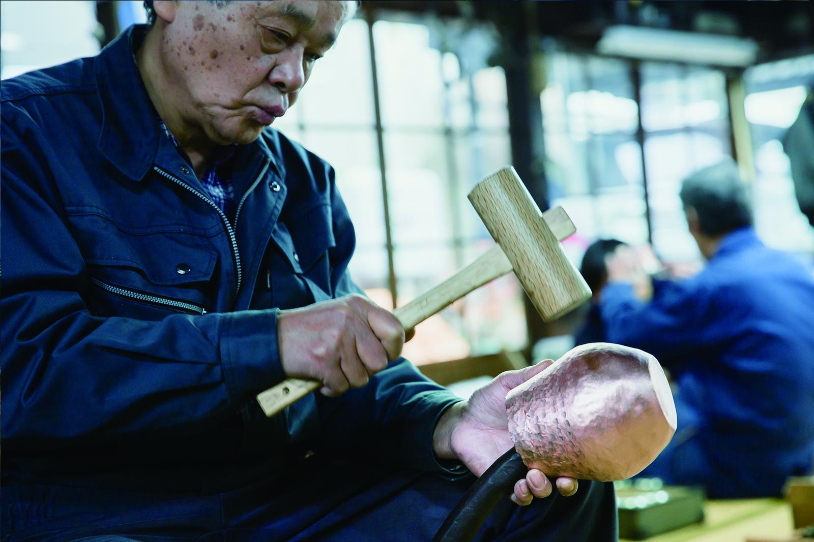 職人さんが燕鎚起銅器をつくる様子