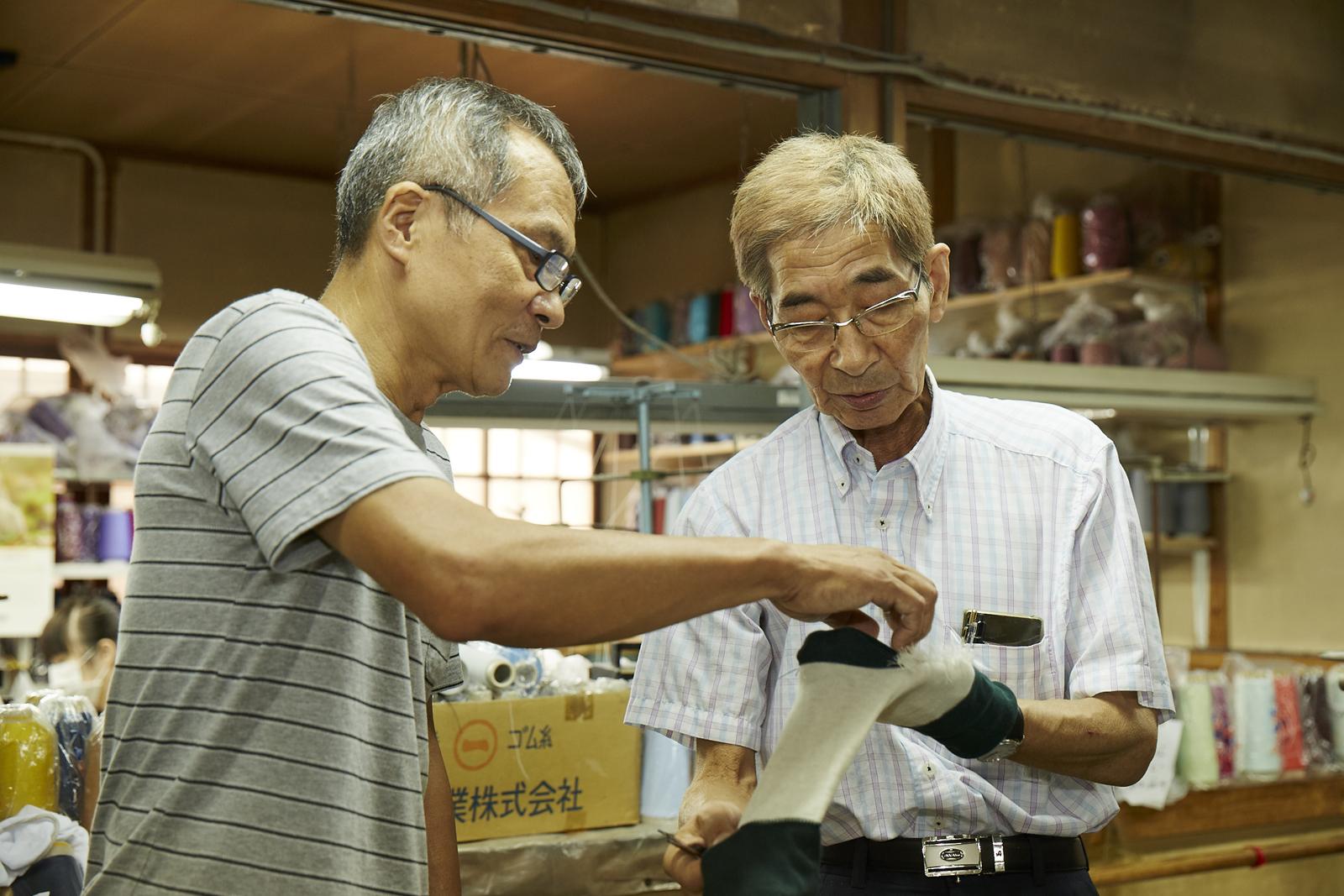 社長の御宮知さん(右)と工場長の山下さん(左)。熱心に靴下議論中。