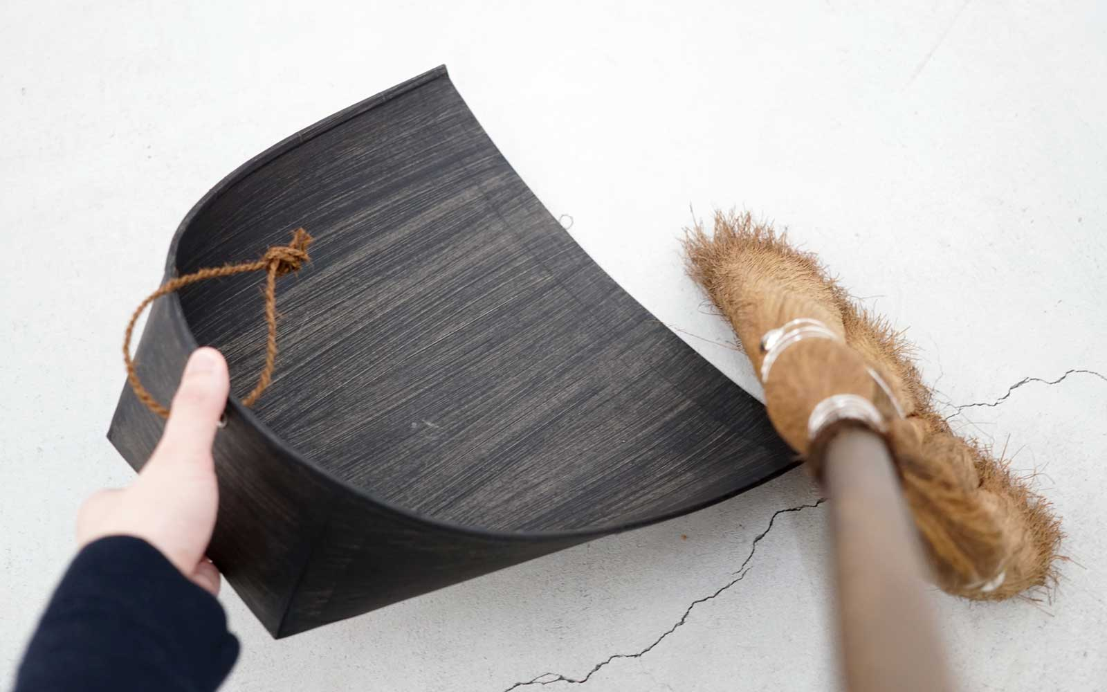 Takada Kōzō also produces dustpans made of washi, a traditional Japanese paper. This black dustpan is a custom-made product.
