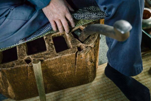 上がり盤の上に座布団を敷き、胡座で腰への負担を抑えながら仕事に集中します