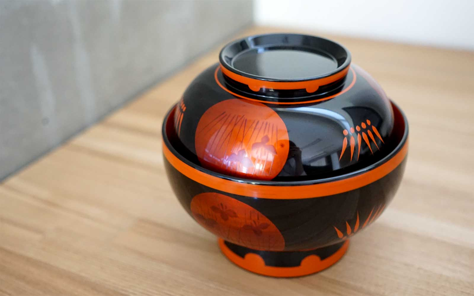 Shobu patterned Jitsugetsu bowl of Byakudan Lacquer is beautiful, too.