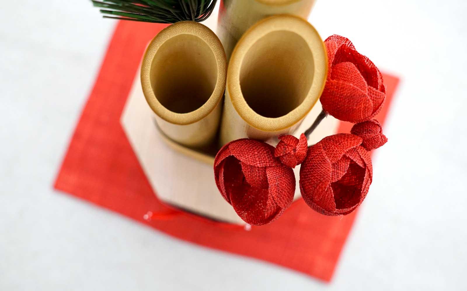 真っ赤な敷布と梅は奈良の手織り麻で作られています。