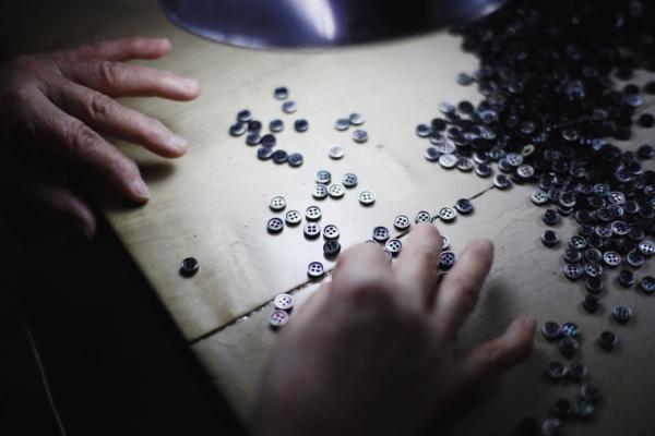 多くの工程が機械化されていると言えど、人の手と目は今でも欠かせない。