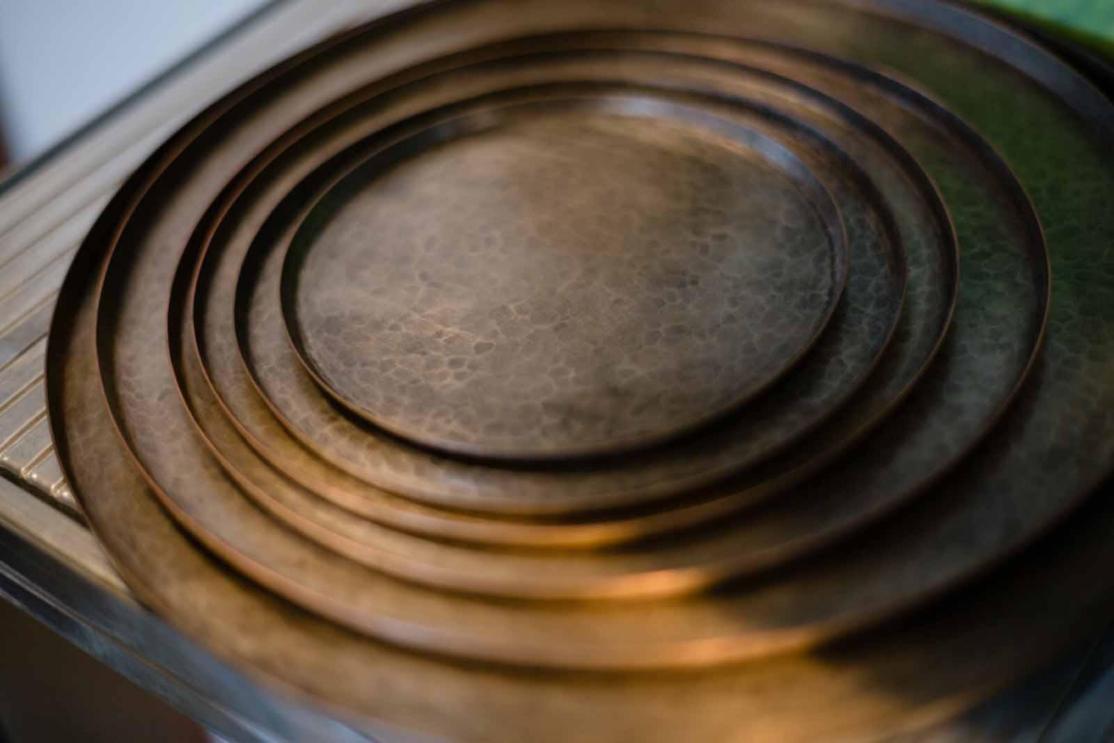 燕の鎚起銅器のトレイ。お会計のトレイも鎚起銅器製でした。