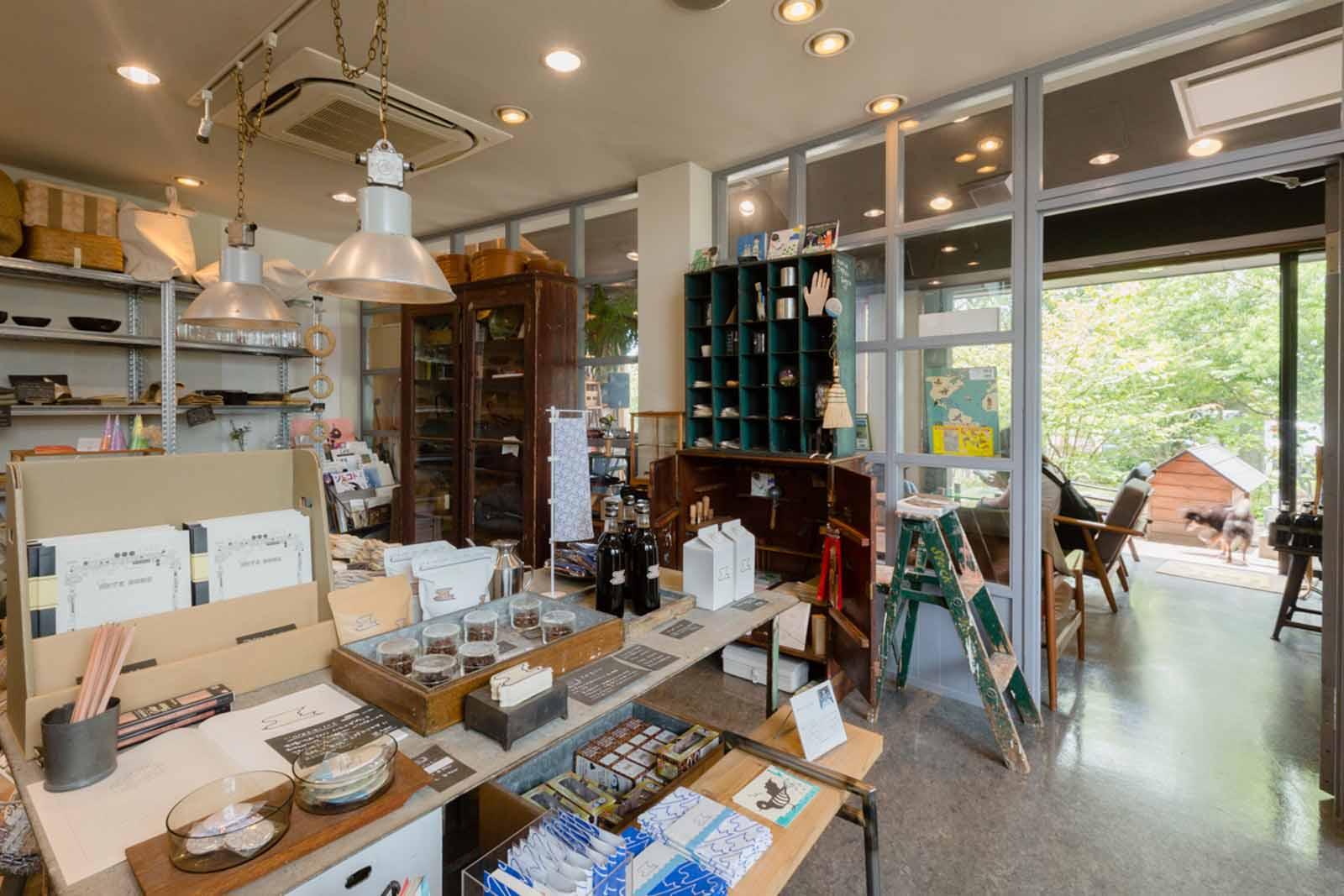 コーヒーを待つ間に買い物が楽しめる併設のショップ。地元燕の製品も充実。