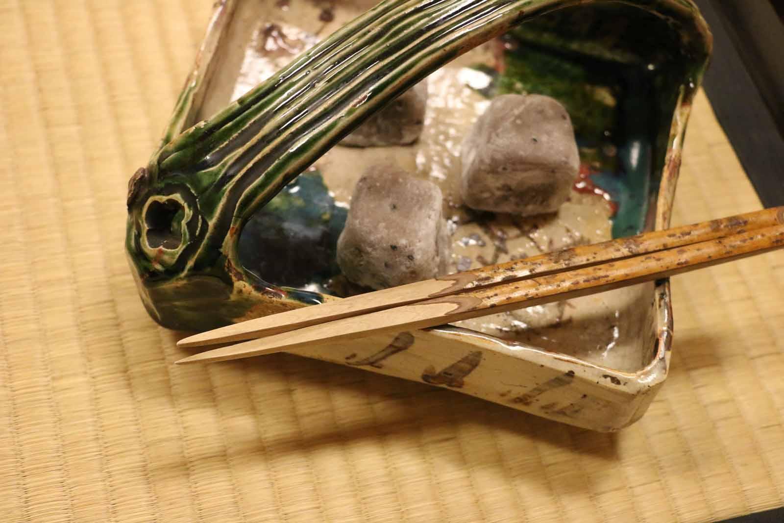 織部の器に入った亥の子餅。炉開には織部・因部(いんべ=備前焼)・瓢(ふくべ=ひょうたん)の「三部(さんべ)」を取り合わせるそう。