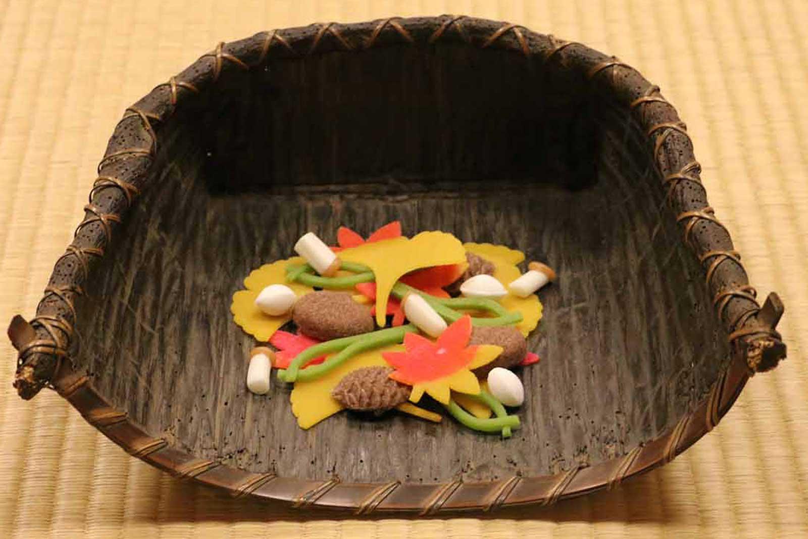 茶人の正月と言われる11月には、この時期だけのお菓子「吹寄せ」を、農具に見立てた器に入れて