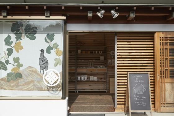 店内はあたたかな木の空間が広がる。カフェも併設しているのでゆっくり時間を過ごしたい。