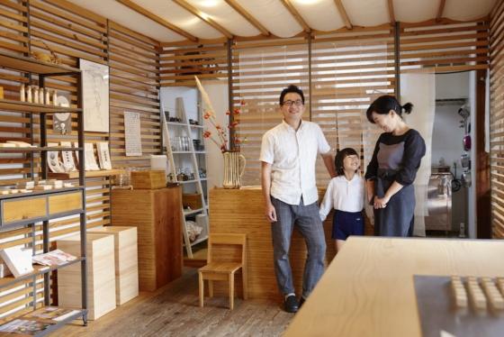 店主の辻村佳則さんと奥さん、お嬢さん。