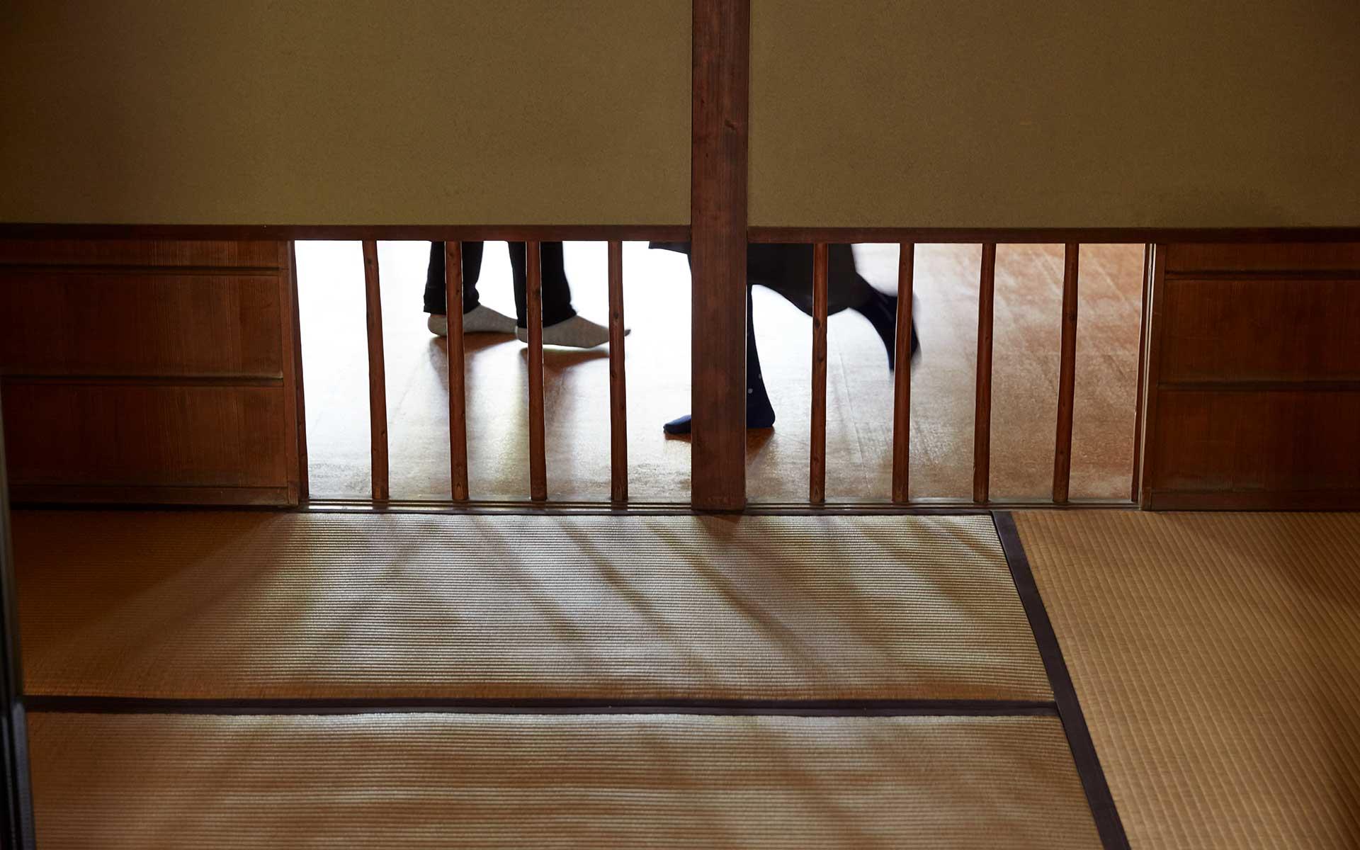志賀の居室と子どもたちの勉強部屋は床窓で緩やかにつながる