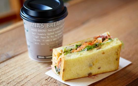 噛むほどに味わい深いサンドイッチ。コーヒーと一緒にテイクアウトしても。