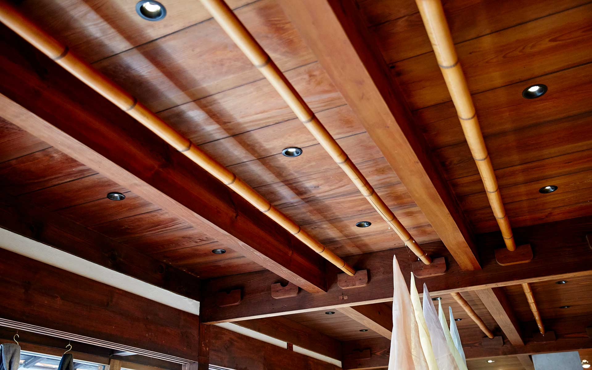天井に掛けられているのはかつて奈良晒の検反に使われた竹竿