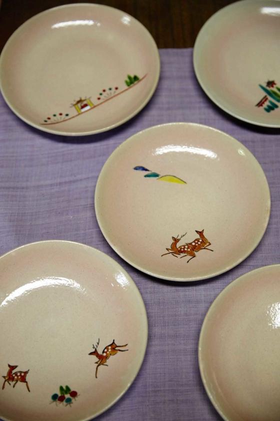 近年の赤膚焼の定番、奈良の風物をあしらった奈良絵の豆皿。