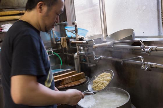 お昼時を過ぎてもお客さんが絶えない。厨房は大忙し。
