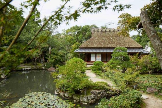 前園を望む別邸「三秀邸」