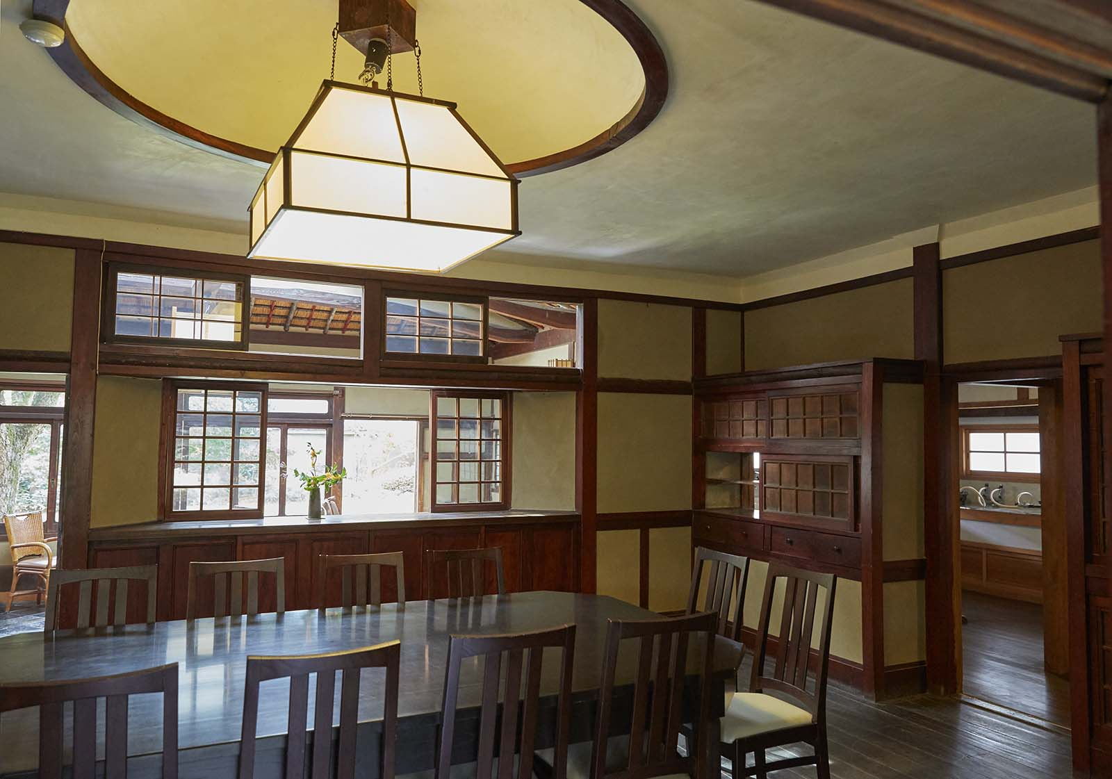 開放的なダイニングルーム。角にある戸棚は隣の台所からも物の出し入れができる。