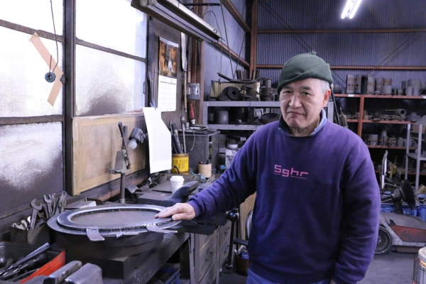 He is the only artisan specializing in molding. In order to make a mold in-house, he uses carbon instead of metal.