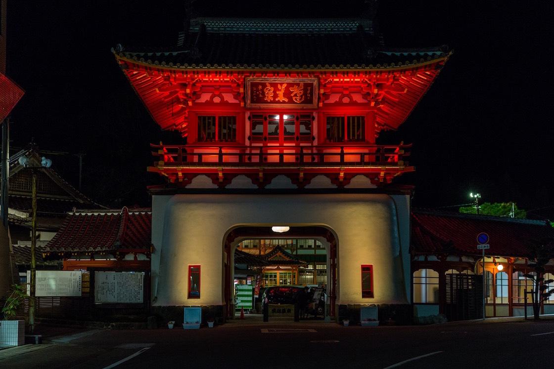 ライトアップで浮かび上がる、武雄温泉の楼門。