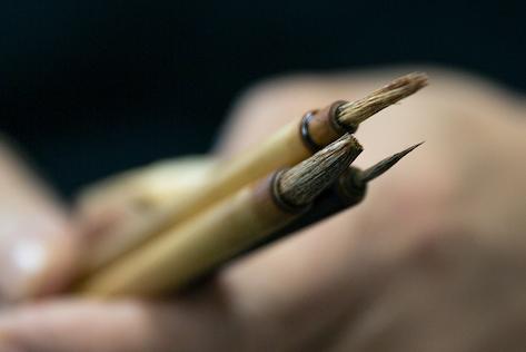 毛を抜いたり切ったりして、その職人専用に整えられた筆。