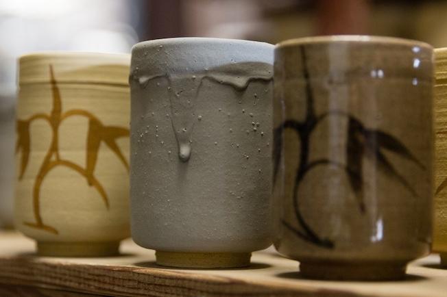 筆で文様をつけたのは唐津焼が日本初とされ、釉薬をつけて焼成することで浮かび上がらせます。