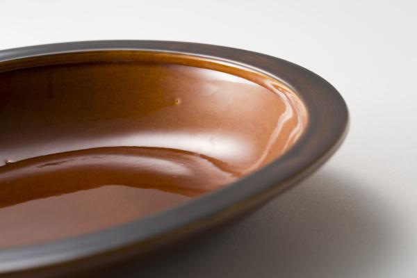 お皿の縁を立たせ、少し内側に出しているのでご飯粒が最後まですくいやすいデザイン。縁をつかみやすくこぼれにくいのも特徴。