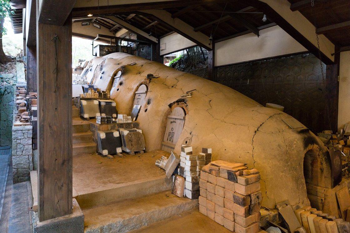 斜面に築かれ1300℃程度の高温焼成が可能な唐津伝統の登り窯。