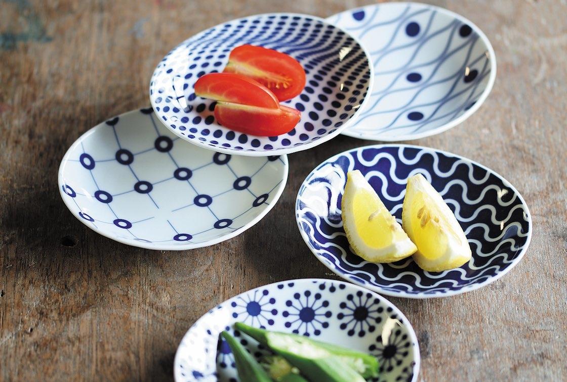 白磁にあい色の配色が美しい、こちらが西海陶器の小皿