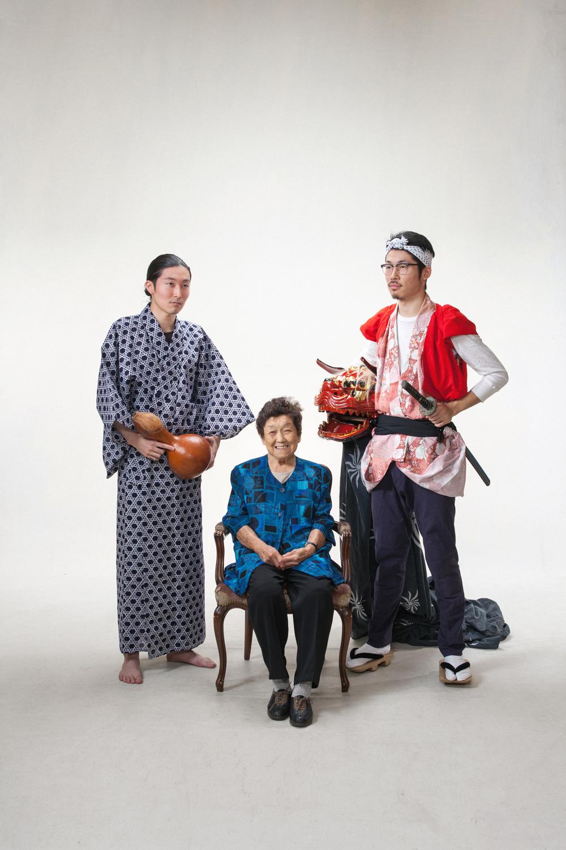 編集部の小林兄弟とおばあちゃん(左から兄、祖母、弟)。