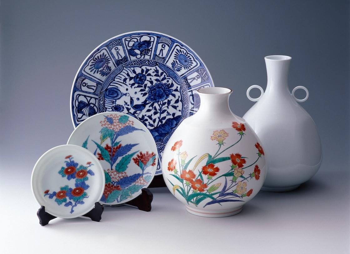 華やかな絵付けの伝統的な有田焼 (有田観光協会提供)