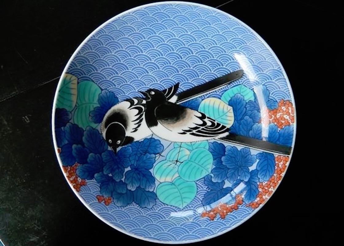 鍋島の代表作品、青海波墨弾鶺鴒(せきれい)七寸高台皿。基本の青で草木の瑞々しさを表現。©畑萬陶苑