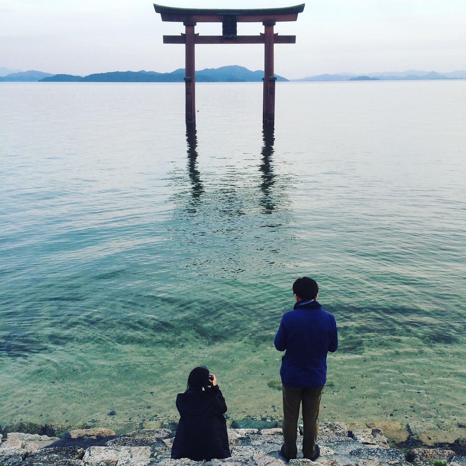 白髭神社の沖島を拝む鳥居