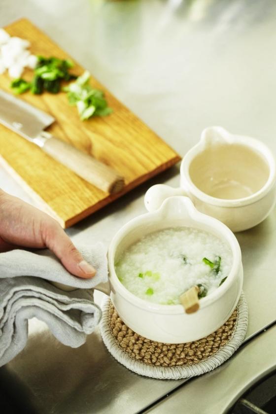 「松山陶工場」の「あたためなべ」はお粥にぴったり。三重県伊賀の耐熱土を使ってつくられた丸みのある土鍋は、万能な調理道具の行平鍋をベースにデザインされたもの。調理後、鍋ごと食卓へ出せるのもうれしい。