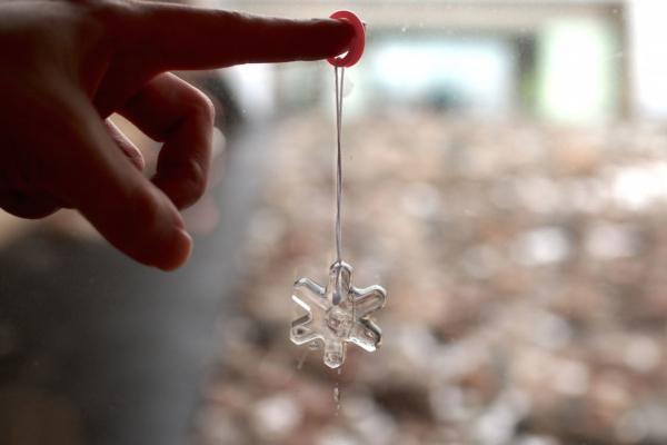 氷のペンダント作り体験。光に透けてきれいで、溶けるのがもったいないです。子ども達にも人気です。