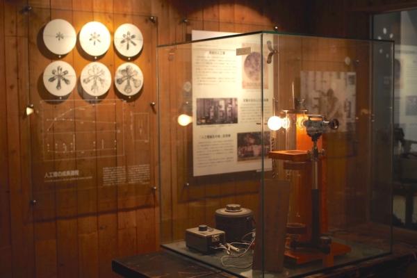 常時低温研究室では、部屋全体をマイナス10〜30℃、最低マイナス50℃にまで冷やし、極寒の中で雪の結晶を作っていたのだそう。