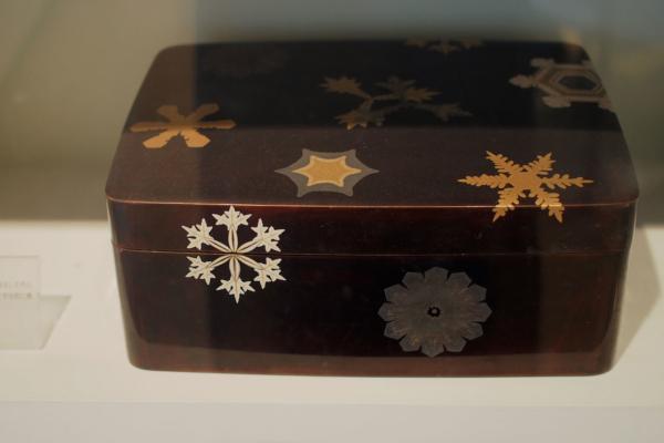 親戚一同が特注し、学士院賞受賞の記念にと宇吉郎に贈った「雪の結晶 蒔絵文箱」。繊細な蒔絵が美しいです。