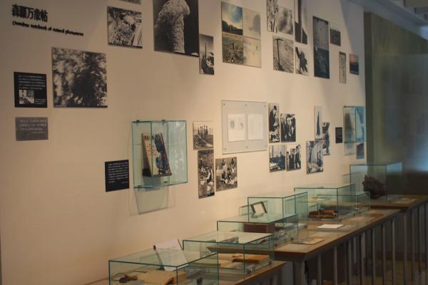 宇吉郎が生前に使っていた品や当時の写真などが展示されているコーナー。