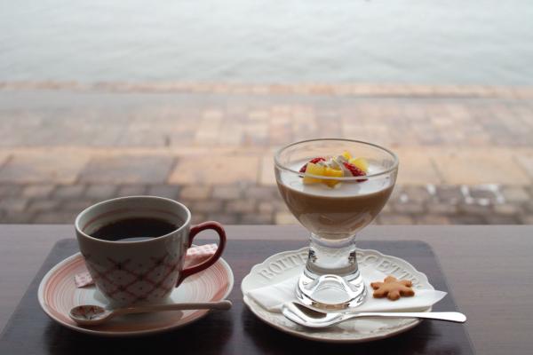 ババロアとコーヒーのセットをいただきました。添えられたクッキーは雪の結晶型!
