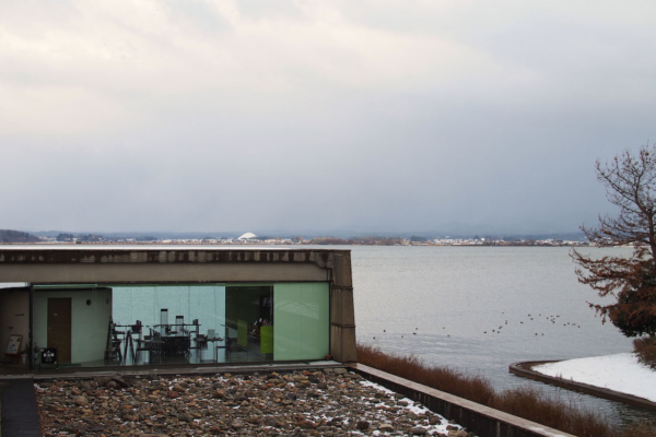 手前に見える中庭に敷き詰められた岩は、宇吉郎が亡くなる前に滞在していたグリーンランドから運んできたもの。風に舞う人工霧が楽しめるという、霧の芸術家・中谷芙二子さん(宇吉郎の次女)の作品。
