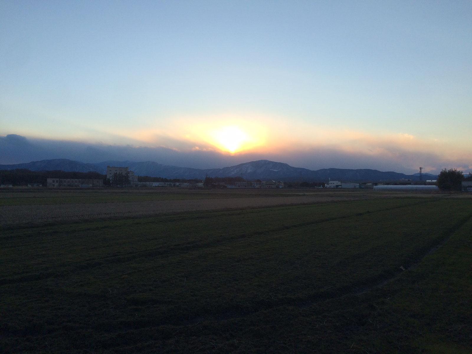 琵琶湖の西、山を越える夕陽