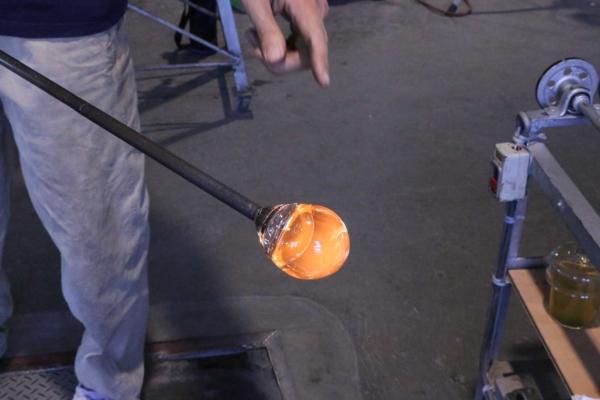 (2)炉でガラスを巻き取り、ここまで大きくなって「吹き」の担当者に手渡される。