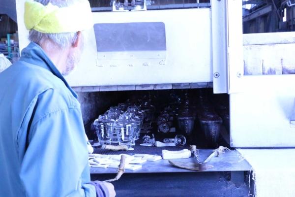 (4)成形された製品が次々と運ばれてくる徐冷炉。
