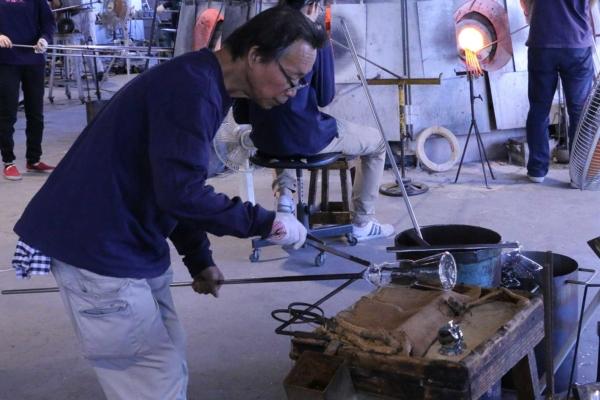 (4)底の厚みや異物混入が無いかをチェックして、徐冷炉へ。