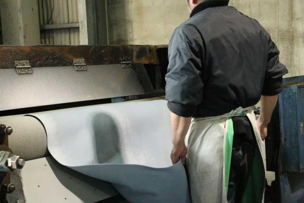 革に含まれる水分を程よく調整する工程
