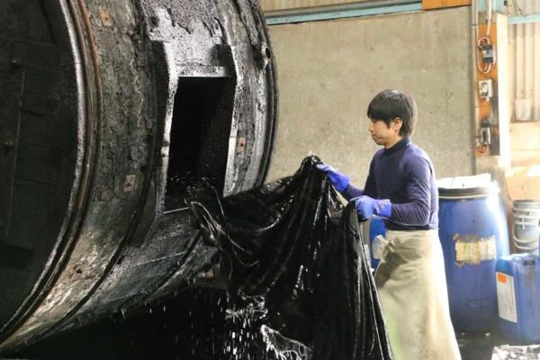 タイコと呼ばれる大きな機械。この中に染料や生地安定のための薬品と革を一緒に投入して機械を回転させ、第1段階の染色を施します