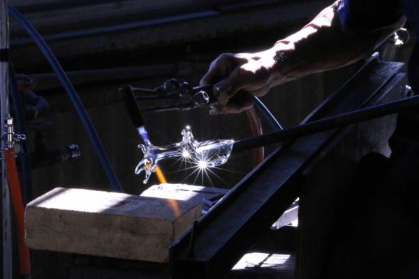 硝子細工:難易度の高い、型を使わずに作る硝子細工。ベテランさんと今年入社したての新人さんのペアで作っていた。