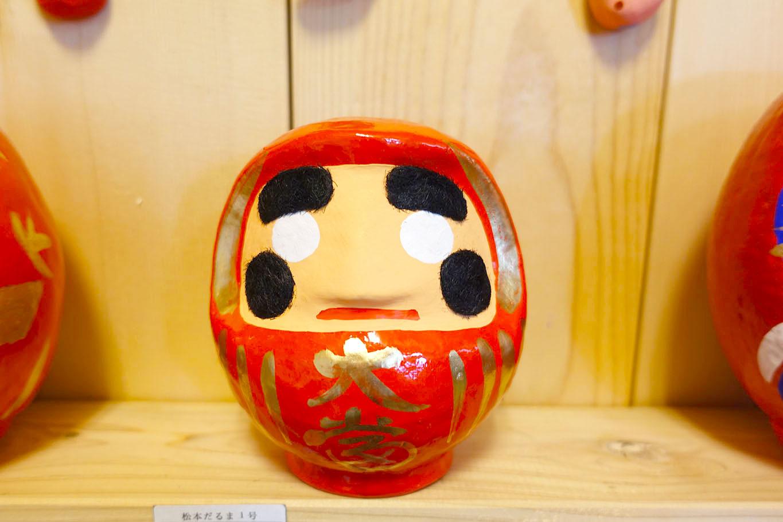 眉とほっぺのガジガジは、麻の生地でできてるという松本だるま。/長野県松本