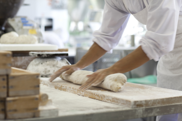 つきあがったお餅を職人がていねいに成形していきます。