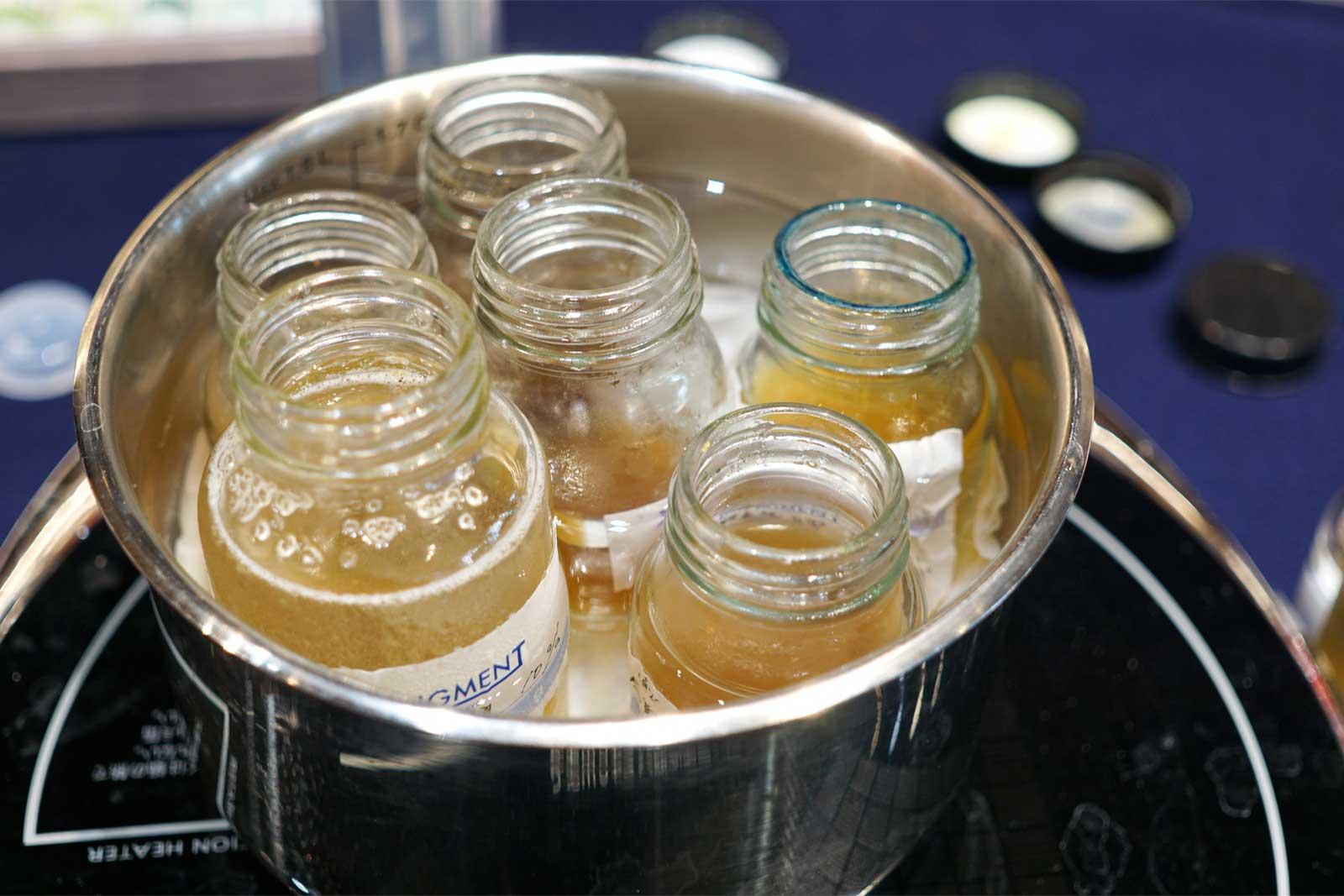 一度溶かした膠は冷蔵庫で冷やし、また湯煎で溶かして使います